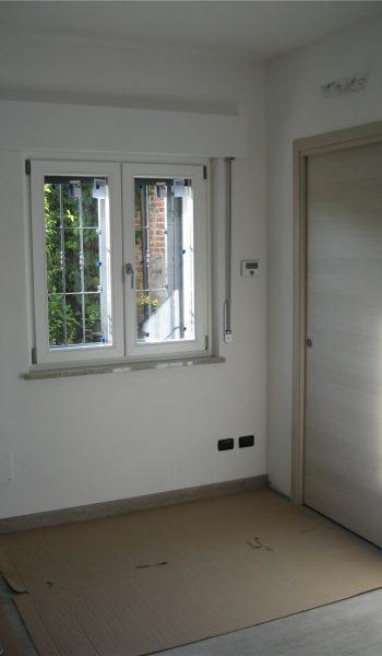 finestra-a-doppia-anta-in-pvc-di-colore-bianco